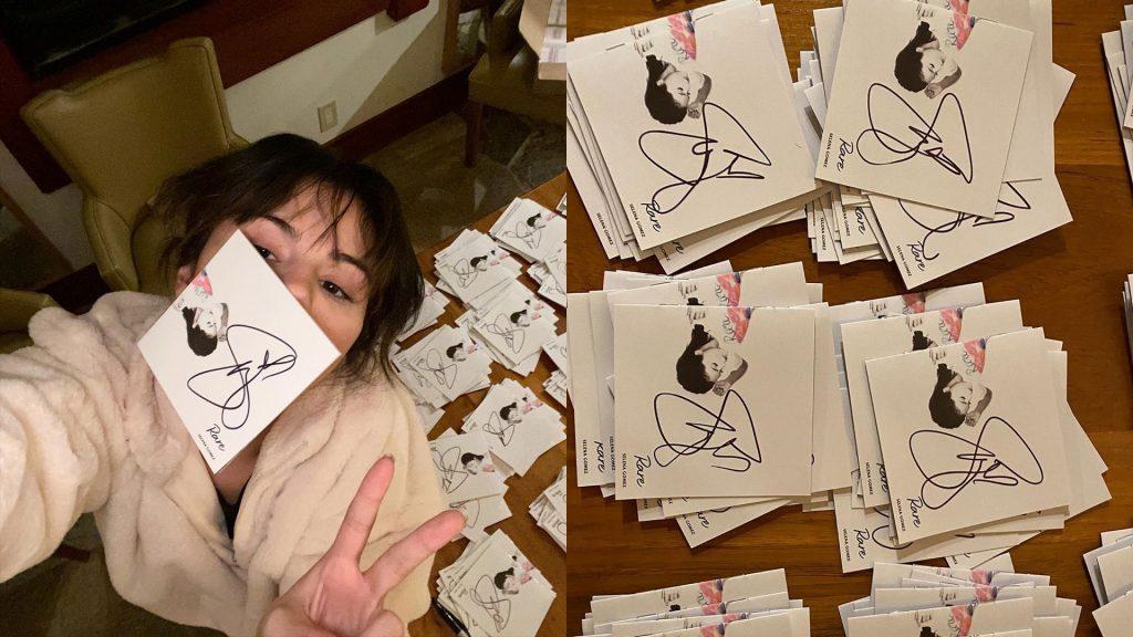 Η Selena Gomez πέρασε τα Χριστούγεννα υπογράφoντας CDs www.mad.gr