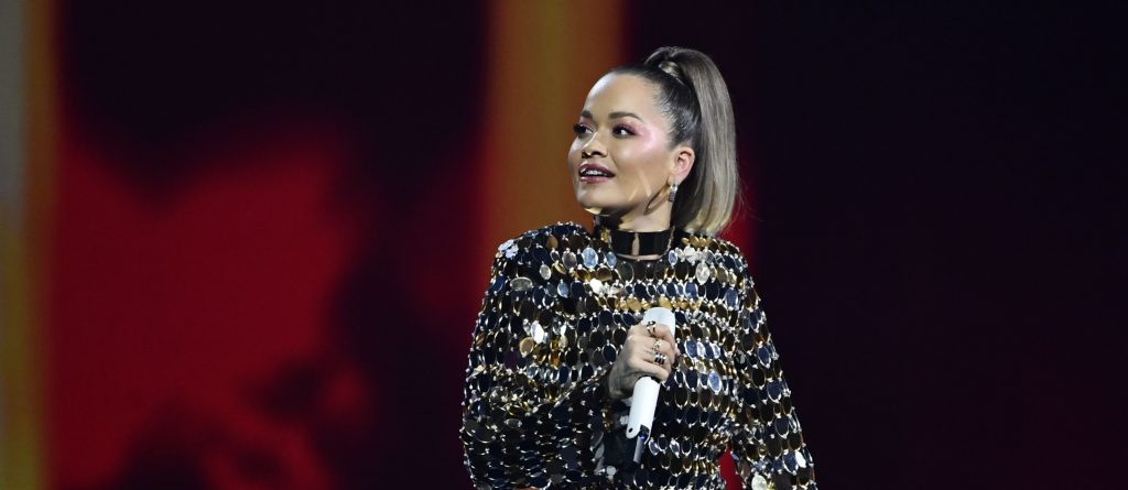 H Rita Ora τίμησε τον DJ Avicii σε συναυλία στη Στοκχόλμη