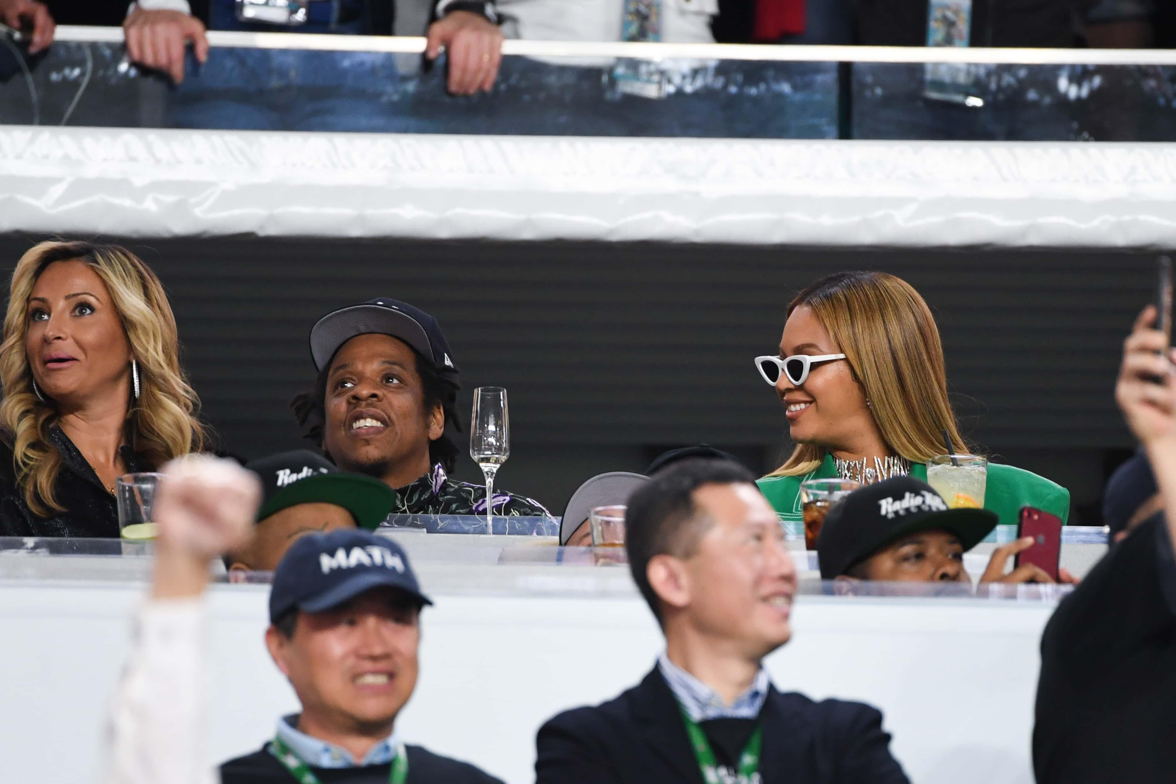 Beyoncé και Jay-Z παρέμειναν καθιστοί κατά τη διάρκεια του εθνικού ύμνου