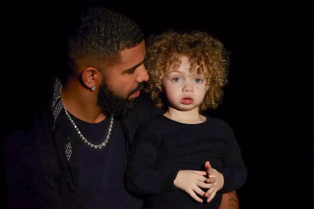 O Drake δημοσίευσε για πρώτη φορά φωτογραφία του δίχρονου γιου του με το αρχαιοελληνικό όνομα