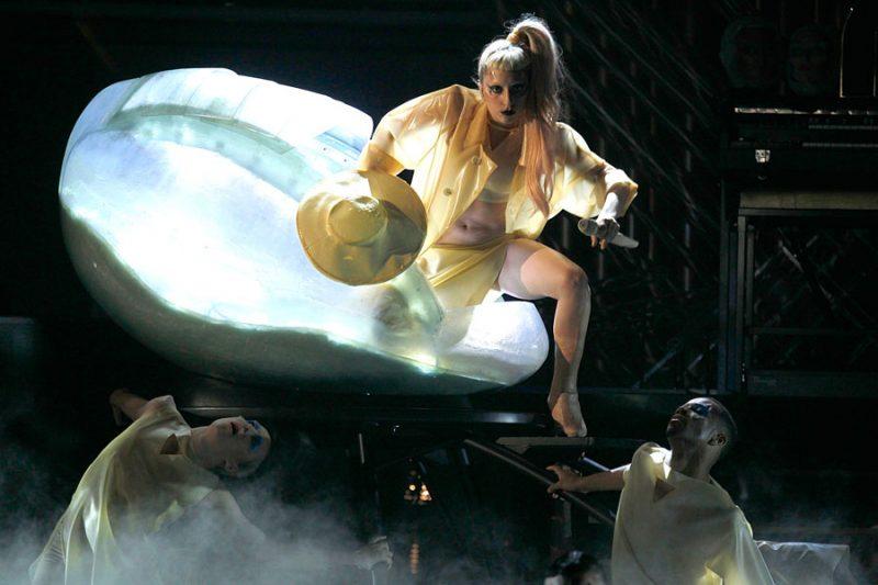 Η πιο παράξενη εμφάνιση στα Grammys ανήκει δικαιωματικά στη Lady Gaga του 2011!